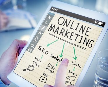 Person drawing an online marketing diagram